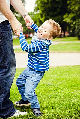 Vater und Sohn - p904m1159699 von Stefanie Päffgen