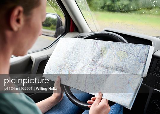 Frau am Steuer schaut auf Landkarte - p1124m1165561 von Willing-Holtz