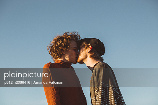 Couple kissing - p312m2086416 by Amanda Falkman