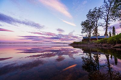 Sweden, Lapland, Kiruna, Dusk at a lake - p300m2042370 by Kike Arnaiz