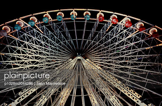 Ferris wheel, Paris - p1028m2044286 by Jean Marmeisse