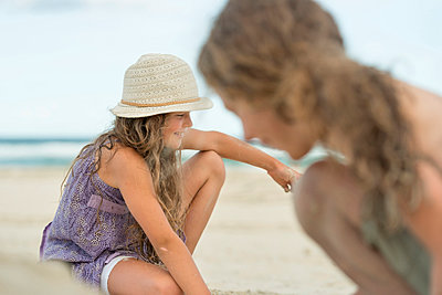 Australia, New South Wales, Pottsville, boy and girl on the beach - p300m950723f by Holger Spiering