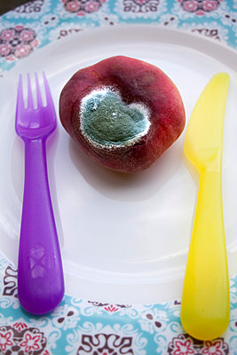 Verschimmelter Pfirsich auf einem Teller - p580m1503127 von Eva Z. Genthe