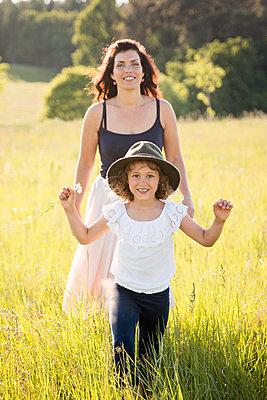 Mutter und Tochter - p796m2093121 von Andrea Gottowik