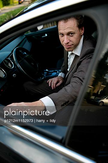 Mann im Auto - p1212m1152973 von harry + lidy