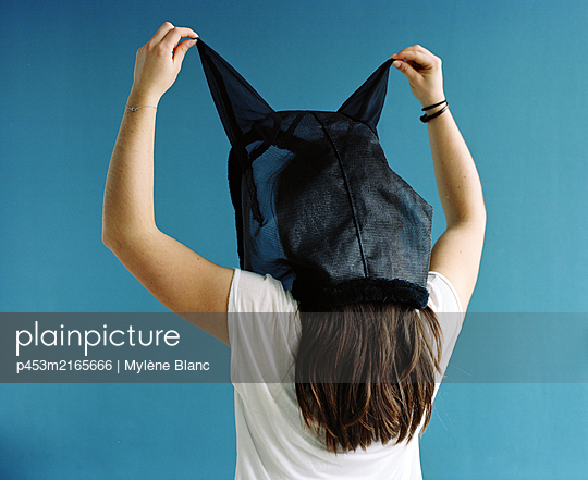 Teenager with horse fly mask - p453m2165666 by Mylène Blanc