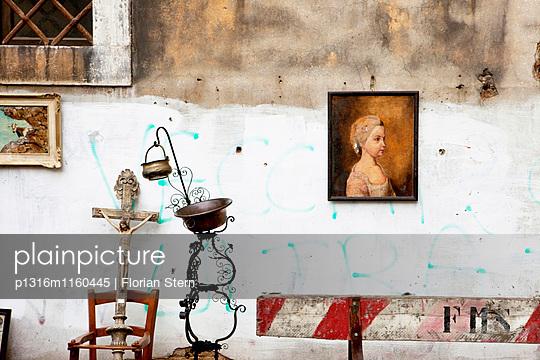 Antikmarkt, vereinzelte Antiquitäten vor einer Hauswand, Venedig, Venetien, Italien, Europa - p1316m1160445 von Florian Stern