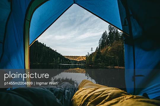 Blick aus dem Zelt auf einen ruhigen Bergsee - p1455m2204899 von Ingmar Wein