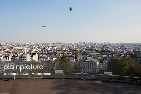View from the sacre Coeur on empty Paris during Covi-19 quarantine - p1499m2179034 by Marion Barat