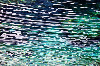 Wasseroberfläche mit Reflexen - p719m1538032 von Rudi Sebastian
