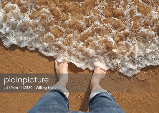 Barfuß am Meer - p1124m1112530 von Willing-Holtz
