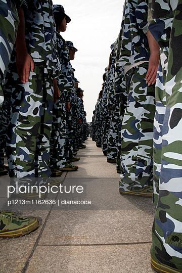 Soldaten in Tarnkleidung stehen in Reih und Glied - p1213m1162636 von dianacoca