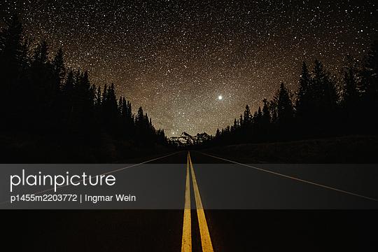 Highway mit Nordlicht - p1455m2203772 von Ingmar Wein