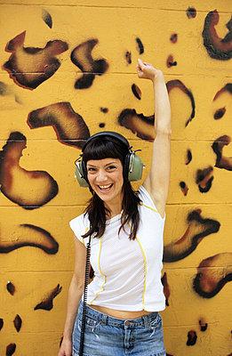 Listening to music - p0450928 by Jasmin Sander