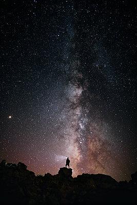 Adventurous man looking at the Milky Way - p1166m2131353 by Cavan Images