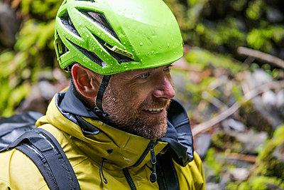 Portrait of happy man wearing climbing helmet. - p1166m2138012 by Cavan Images