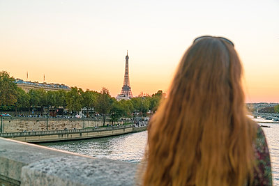 Redheaded woman at sunset on la Concorde bridge  - p1332m1539932 by Tamboly