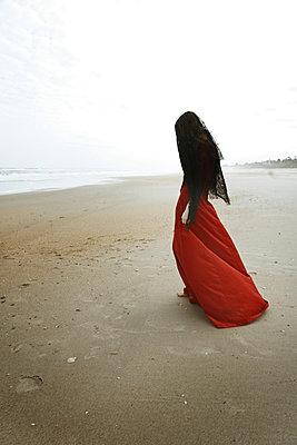 Trauernde am Strand - p1694m2291710 von Oksana Wagner