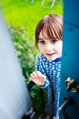 Surprised small girl opening a door, Sweden - p348m915754 by Mikael Andersson