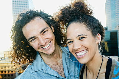 Couple smiling on urban rooftop - p555m1414912 by Peathegee Inc