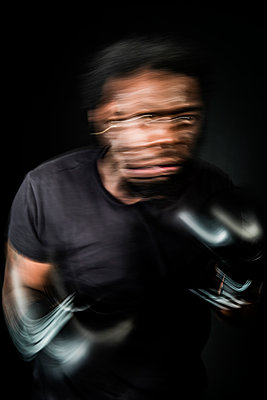 Moving portrait of a boxer fighting on the ring - p590m1516117 by Philippe Dureuil