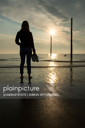 Silhouette of a woman on the beach - p1443m2191572 by SIMON SPITZNAGEL