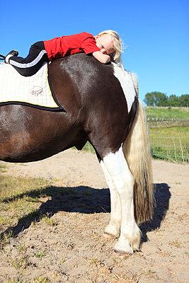 Auf dem Pferdepopo ausruhen - p045m1041977 von Jasmin Sander