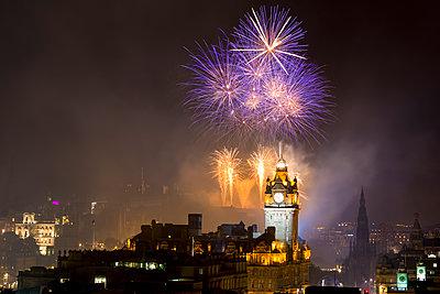 UK, Scotland, Edinburgh, Firework Display on Edinburgh International Festival - p300m1206211 by Scott Masterton