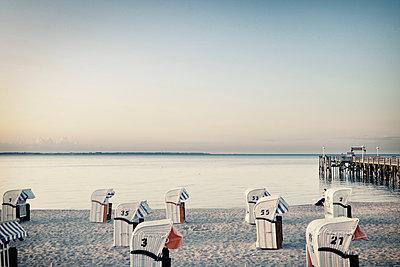 Strandkörbe und Bootsanleger - p416m1056982 von Thomas Schaefer