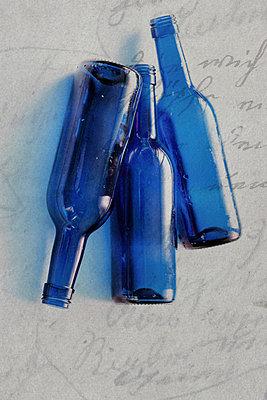 Blaue Flaschen - p450m966233 von Hanka Steidle