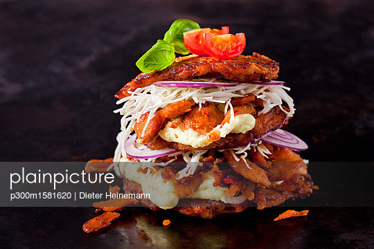Veggie Burger made of potato fritters,  sweet potatoes, soy meat, remoulade and Barbecue sauce - p300m1581620 von Dieter Heinemann