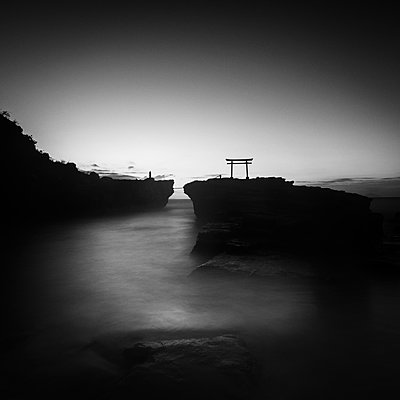 Long exposure morning view of torii gate in the sea at Shirahama shrine, Izu Peninsula, Japan - p1166m2157078 by Cavan Images