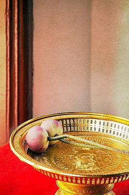 Goldene Schale mit Lotusblumen in einem Tempel - p1248m1439839 von miguel sobreira