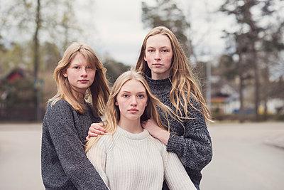 Portrait of a three teenage girls - p1323m2185108 von Sarah Toure