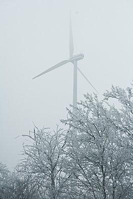 Winterliche Landschaft mit Windrad - p2686958 von Christof Mattes