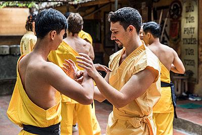 Vietnam, Hanoi, men exercising kung fu - p300m2013195 von William Perugini