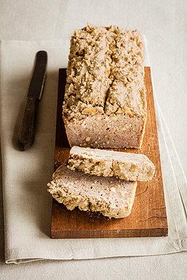 Loaf of home-baked gluten free buckwheat bread - p300m2155858 by Eva Gruendemann
