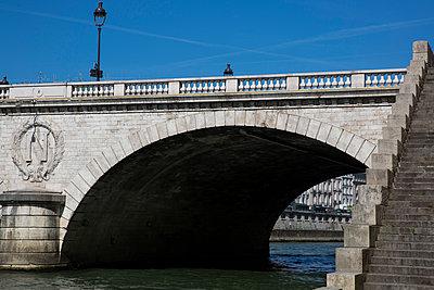 The Seine flowing under a bridge - p940m1132499 by Bénédite Topuz