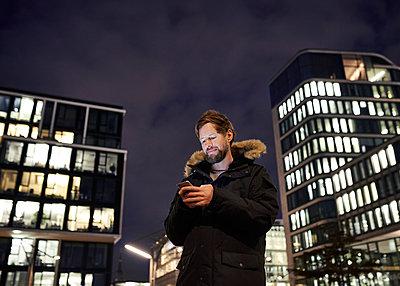 Mann mit Smartphone bei Nacht - p1124m1195815 von Willing-Holtz