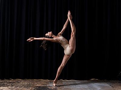 Ballerina - p1139m2210689 by Julien Benhamou