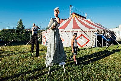 Circus acrobat and artist training and performing - Monza, Lombardy, Italy - performance, entertainment, acrobatics concept - p300m2293699 von Eugenio Marongiu