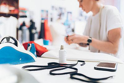 Fashion designer working in her studio - p429m2058365 by Eugenio Marongiu