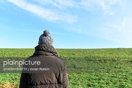 Mann vor einem grünen Hügel - p1422m1515773 von Vivian Rutsch