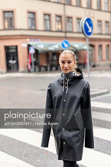 Young woman on street - p312m2237411 by Hanna Ågren