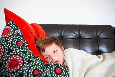 Junge liegt auf Sofa - p1308m2297884 von felice douglas
