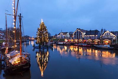 Germany, Lower Saxony, Carolinensiel, harbor with Christmas illumination - p300m1023548f by Wilfried Wirth