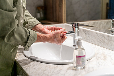 Barcelona, Spain. Senior man desinfecting hands with hand sanitizer to prevent virus. Virus, wash hands, covid19, coronavirus, hand sanitizer, mask, infected, infection, toilet paper crisis, crisis, pandemic, pandemia, moisturize hands, stocks go down, ec - p300m2169878 von VITTA GALLERY