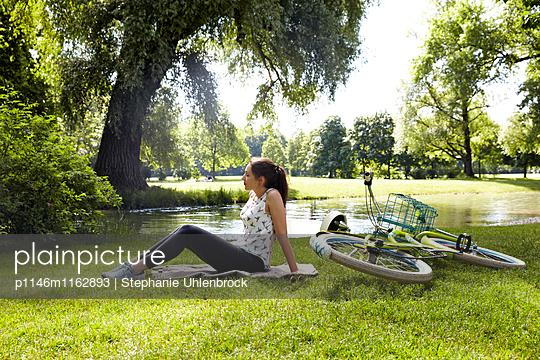 Frau mit Fahrrad auf der Wiese - p1146m1162893 von Stephanie Uhlenbrock