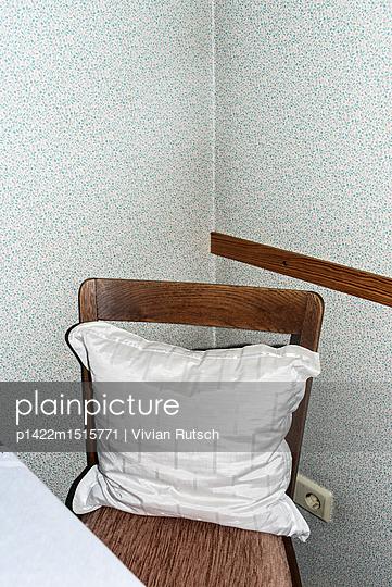 Stuhl mit Kissen - p1422m1515771 von Vivian Rutsch