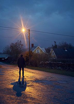 Mann im Licht der Straßenlaterne - p1124m1193541 von Willing-Holtz